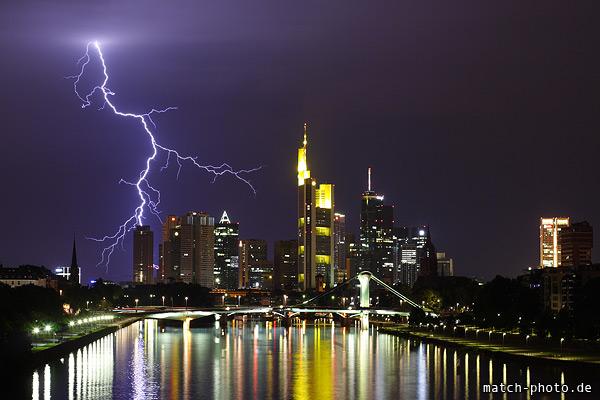 Blitz über der Frankfurter Skyline bei Nacht. Messeturm, Trianon und Commerzbanktower.