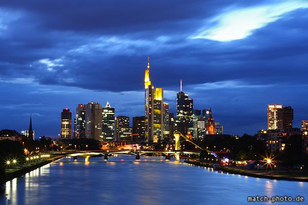 Frankfurt Abendstimmung. Lichter an den Hochhäusern.