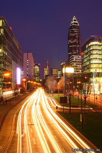 Frankfurt Messeviertel Berufsverkehr. Messeturm, Commerzbank, Estrella und Kia Design-Zentrum.