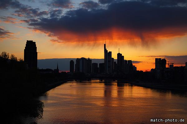 Sonnenuntergang Frankfurt. Regenwolke über der Skyline.
