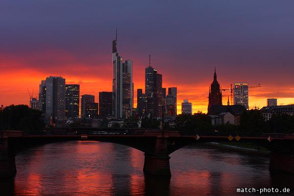 Umrisse Frankfurt Skyline. Starke Färbung des Himmels im Sonnenuntergang.