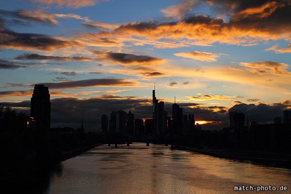 Frankfurt dunkler Umriss. Sonnenuntergang und wilde Wolken.