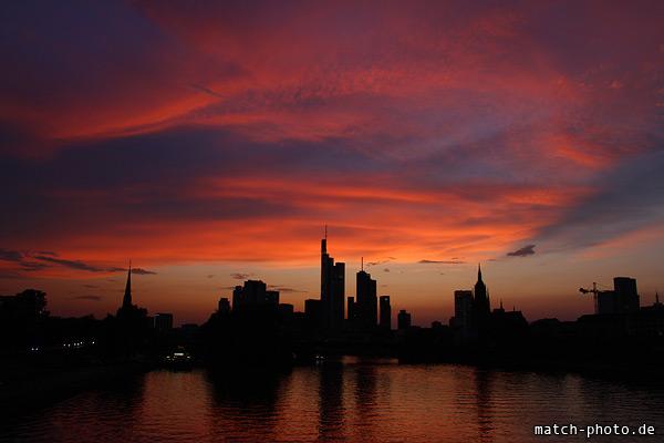 Sonnenuntergang Frankfurt am Main. Skyline Umriss vor rotem Abendhimmel.