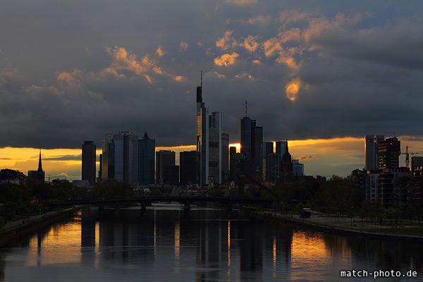 Skyline Reflektion im Wasser des Main. Sonnenuntergang und Wolken.