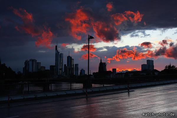 Regenwolken und düstere Stimmung. Kräftiger Sonnenuntergang.