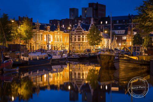 Kanäle und Schiffe in Groningen bei Nacht