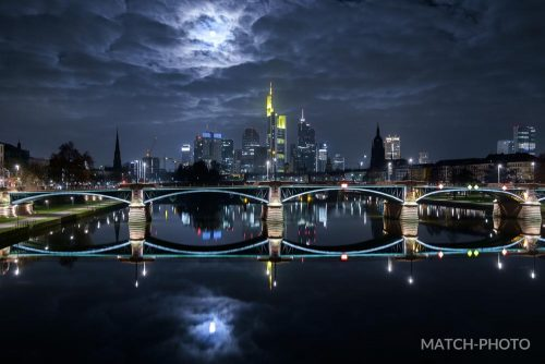 frankfurt skyline vollmond