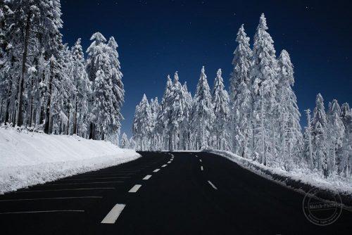 Schnee auf dem Feldberg. Sternenklare Winternacht.