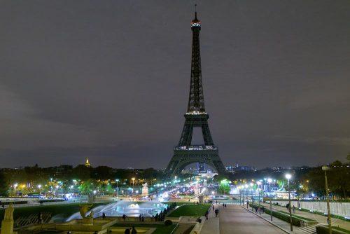 Paris bei Nacht Eifeltower ohne Beleuchtung als Zeichen der Trauer