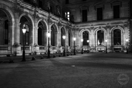 louvre paris bei nacht in schwarz weiss