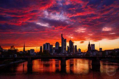 frankfurt skyline sonnenuntergang rote wolken