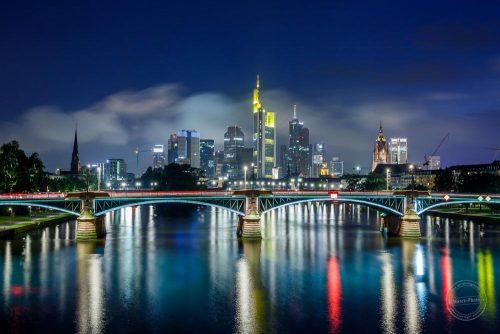 wolkenkratzer der skyline in frankfurt bei nacht