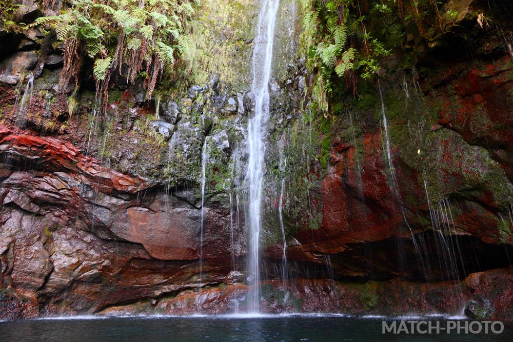 Großes Wasserfall mit kleinen Wasserfällen nebenan.
