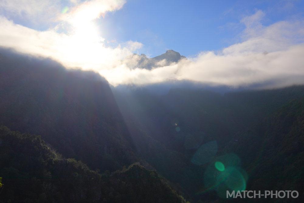 Blick hoch auf die Berge in den Wolken.