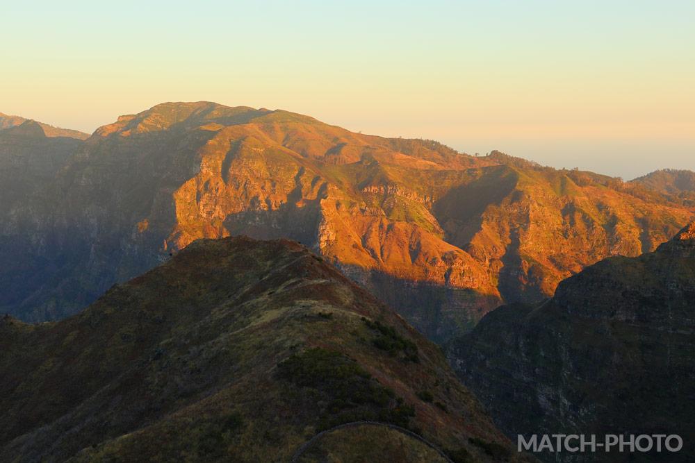 Sonnenuntergang in den Bergen. Rotes leuchten der Gipfel.