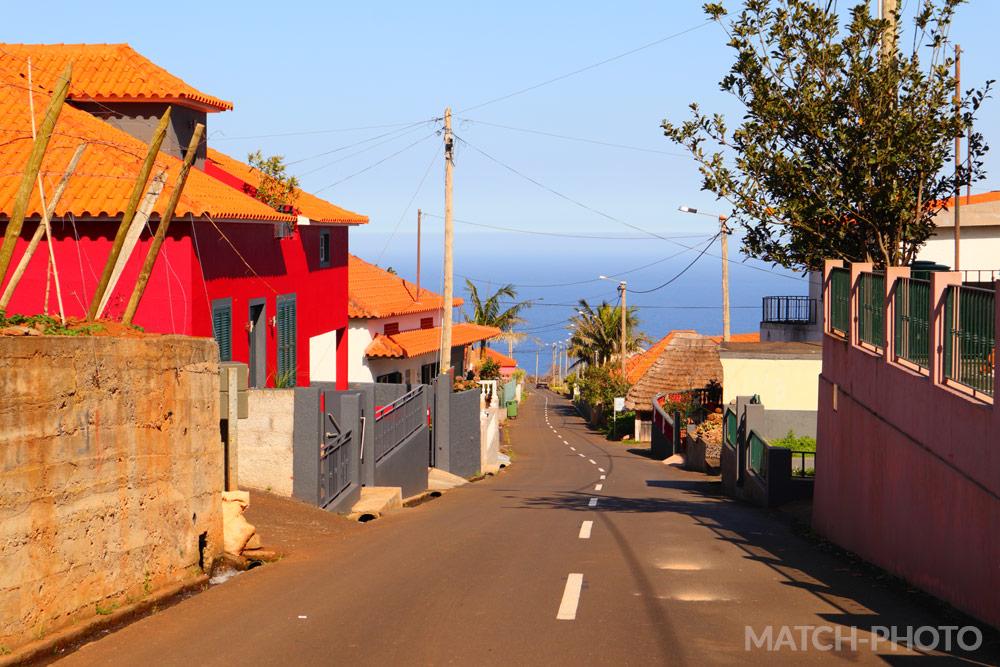 Küstenstadt auf Insel mit Blick zum Atlantik.