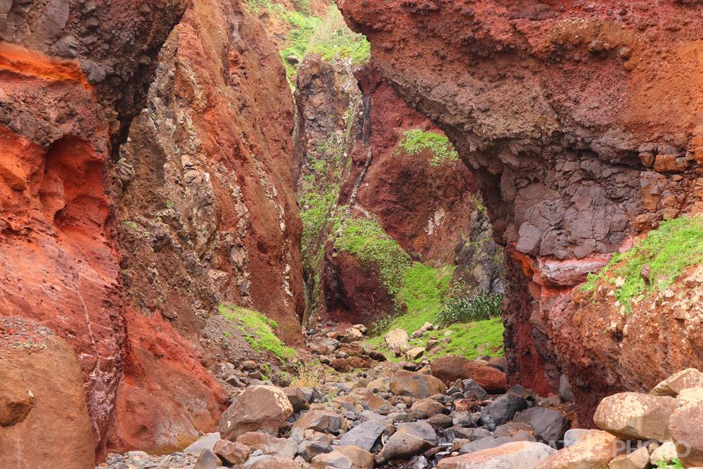 Wandern durch eine Felsen-Schlucht.