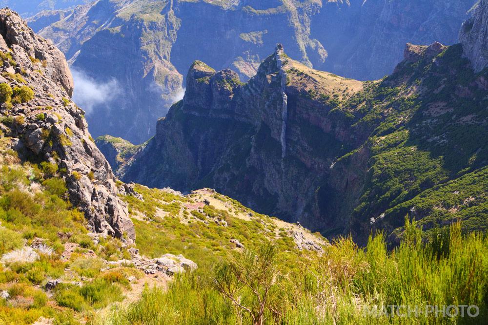 Blick in die tiefen Täler. Bergspitzen und Grasflächen.