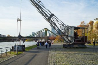 frankfurt mainufer im herbst