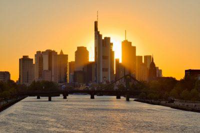 Sonnenuntergang hinter Hochhäusern in Frankfurt am Main