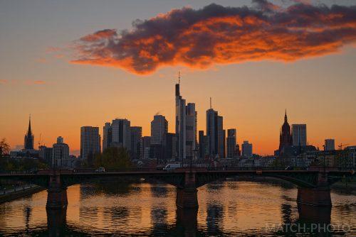sonnenuntergang über der frankfurter skyline