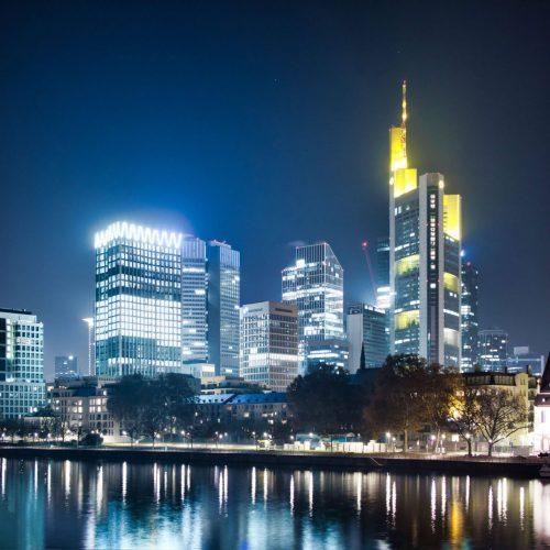 skyline frankfurt bei nacht im winter